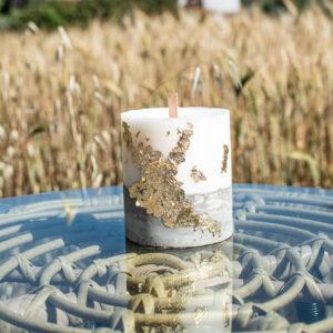 Κερί σε λευκό χρώμα με βάση από τσιμέντο και φύλλα χρυσού με ξύλινο φυτίλι