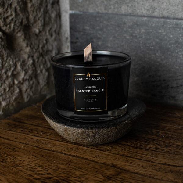 μαύρο κερί πάνω σε πέτρα
