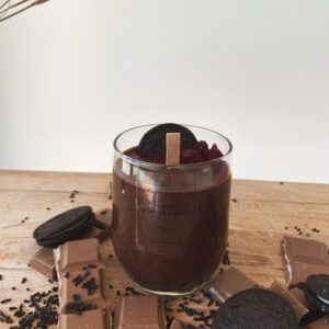 κερί σοκολάτας με διακόσμηση από μπισκότα και κομμάτια σοκολάτας