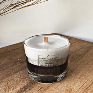 κερί με διχρωμία άσπρο και μαύρο με μία ασημί λωρίδα και ξύλινο φυτίλι