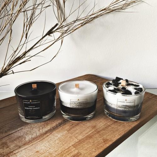 τρία κεριά από τα οποία το πρώτο είναι μαύρο, το δεύτερο λευκό και μαύρο με ασημί λωρίδα και γκρι με λευκό με πέτρες