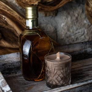 κερί whiskey and caramel σε κρυστάλλινο ποτήρι χρώματος μπεζ με ξύλινο φυτίλι