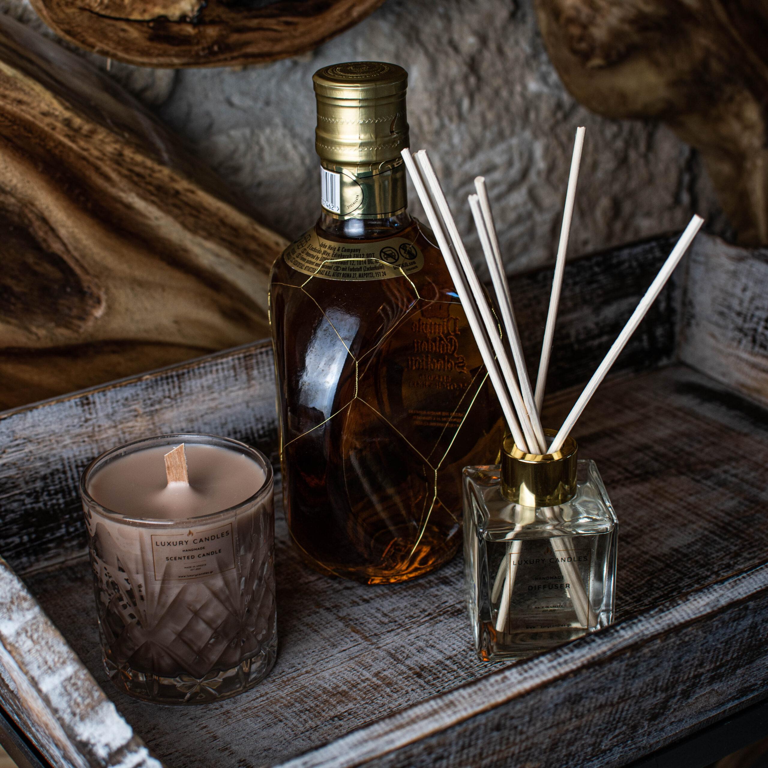 whiskey and caramel σετ που περιλαμβάνει ένα αρωματικό χώρου βανίλια σε διάφανο μπουκαλάκι και ένα κερί με άρωμα ουίσκι και καραμέλα σε κρυστάλλινο ποτήρι, χρώματος μπεζ με ξύλινο φυτίλι
